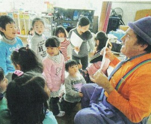 Guy-san (right) delights the children of Kamaishi nursery school with his magic