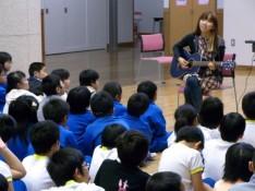 Rie fuが子どもたちにCDを届けました – シャイン・オン!ソングス vol.1